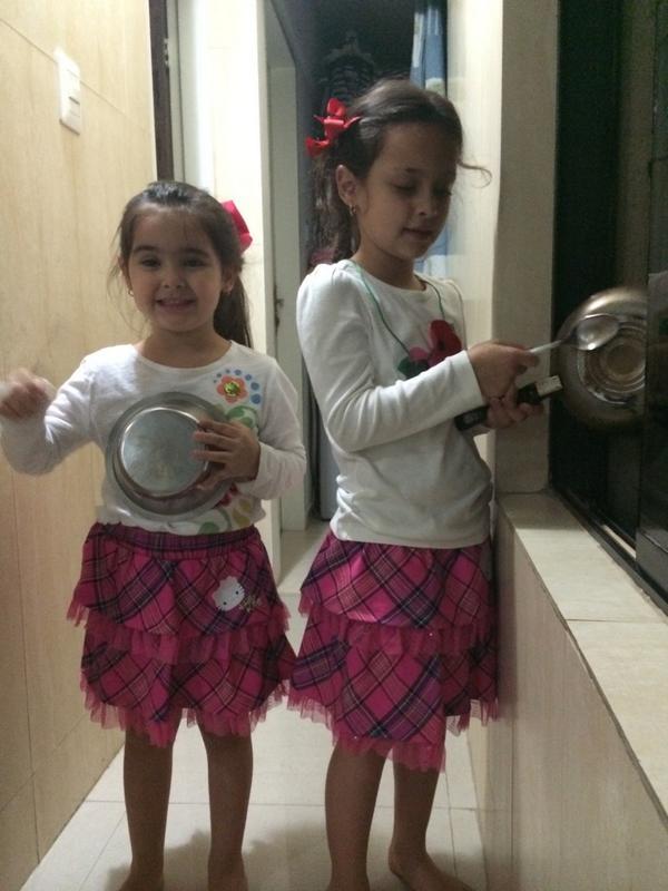 """""""@PatrideCeballos: Mi niñitas tocan la cacerola apoyando a su papi! http://t.co/OyvMplz3bl"""""""