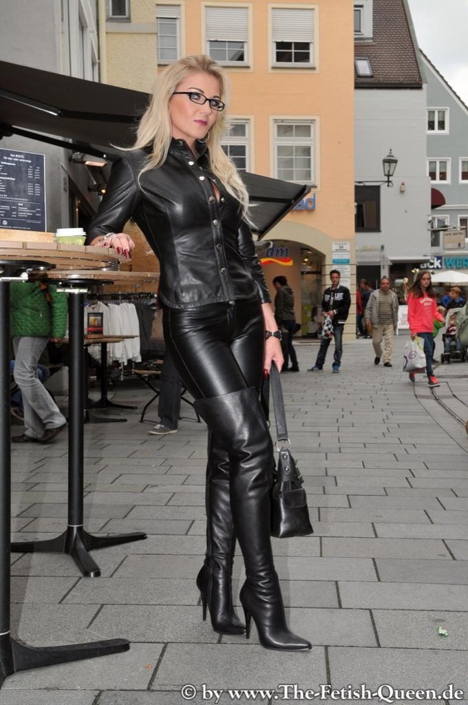 Mature norsk blonde smoking pov - 1 4