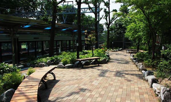 우리나라 지하철 승강장에 공원이 있는 역이 있다. 신답역. 외국일꺼라는 착각이 들 정도.ㄷㄷㄷ 대단한 대한민국 지하철! http://t.co/kbcQVlYKqE