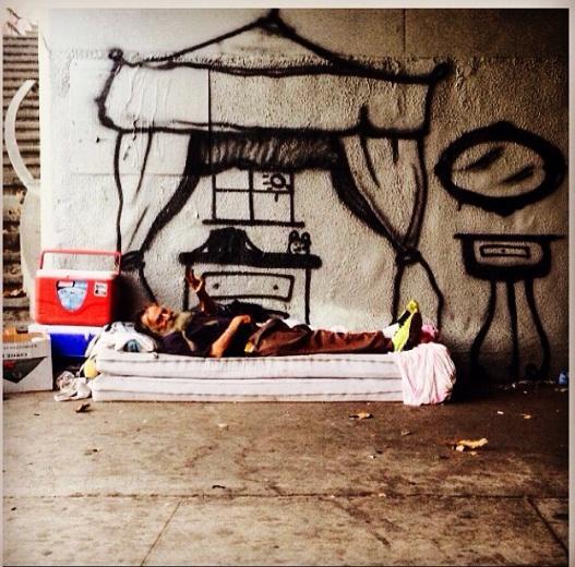 فنّان جرافيتي يُحقّق أحلام المشردين برسمه!