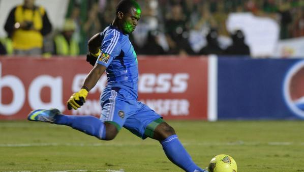 Le capitaine de l'équipe de foot sud-africaine tué dans une fusillade http://t.co/Mxz9sZrrhS http://t.co/QpAXd35gNO