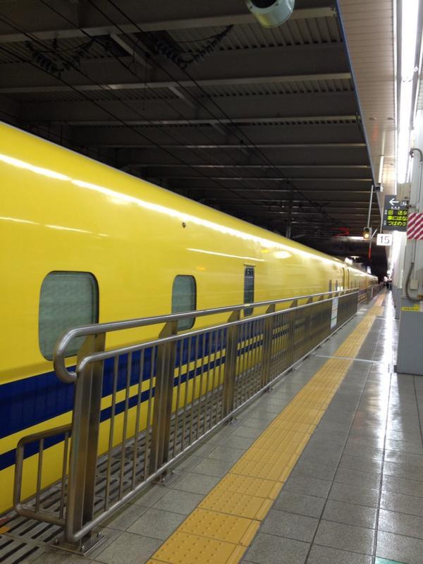 博多駅の新幹線改札口内に人だかりが。阪神の選手が到着するらしいのだけど、誰か黄色先生も見てあげて(´Д` ) http://t.co/CqAugHWmvs