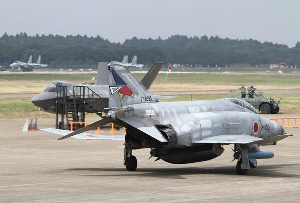 より劇的に去る者来る者を象徴する新旧交代のシーン #航空観閲式 #航空自衛隊 #f35 #ファントム pic.twitter.com/zi4QgrUVq8