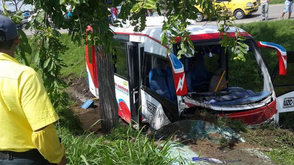 30 heridos leves al accidentarse buseta en La Cordialidad