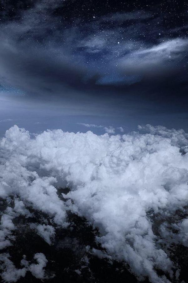 #صورة ليلية رائعة من فوق السحب ، تأمل فيها عظمة الخالق سبحانه وتعالى. http://t.co/EexmGk3dZX
