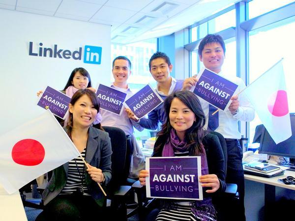 10/16は @glaad が制定した #spiritday でLGBTに対するいじめ反対運動の日。私も運動に参加しました!  #LinkedInGoesPurple http://t.co/K53MQuU6SN http://t.co/2OxPBMt5vP
