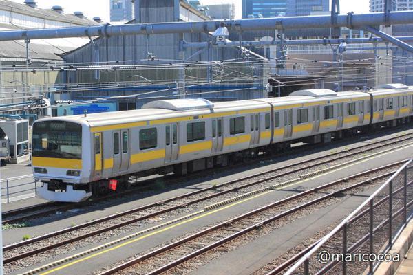 元山手線(東トウ520編成)の車両はウグイス色から黄色くなって、これからは中央・総武緩行線でがんばります。先頭車はクハE230-520、10号車(女性専用車シール貼付済)、所属八ミツ、編成番号A520、P表記付き。車内詳細は不明。 http://t.co/TtolYa3yDC