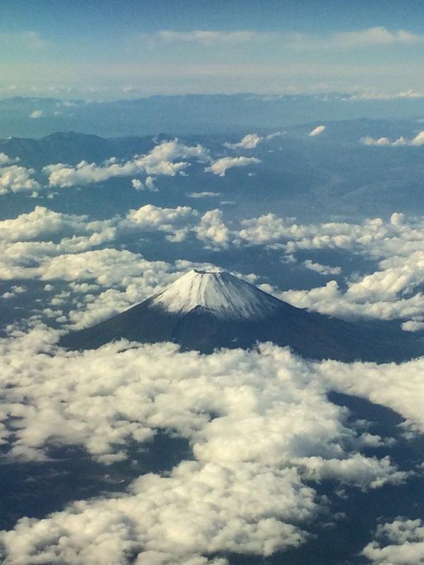 今日は富士山が初冠雪だったみたい。偶然、上空から写真を撮ってました(^^) http://t.co/owSfHjsCSD