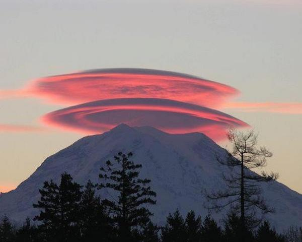 Lenticular clouds, Mt Ranier, last night's sunset, Seattle, Washington. http://t.co/0NMRKSRkVd Via KING 5 Weather. http://t.co/FBWzdWprUG
