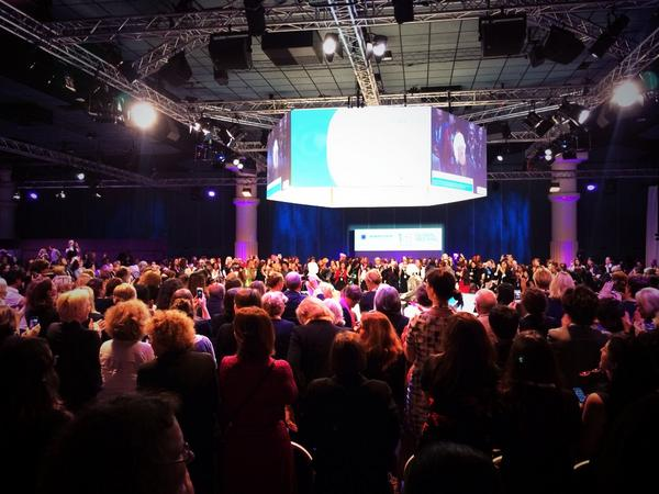 """""""Well, well"""" #WF14 Standing ovation for @Lagarde's entry on stage http://t.co/qaQ2Or68dp"""