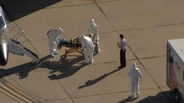 米で感染が確認されたエボラ患者をアトランタへ空路輸送する際、重装備の中、一人だけ何の防護もしていない人がいると話題…⇒ Ambulance worker transfers Ebola… http://t.co/YM8pSrbxV1 http://t.co/JSmw3wcAgS
