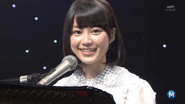 にっこりと微笑む生田絵梨花
