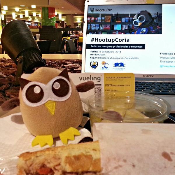 Cenando con un colega antes de volar al #HootupCoria  #LifeOfOwly #HootAmb #HootsuiteES http://t.co/7sUUmqLspk