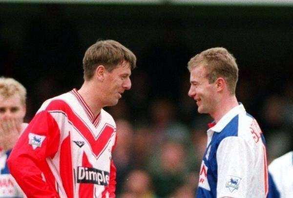 Ya con la camiseta del Blackburn, Alan Shearer se reencuentra con Le Tissier.