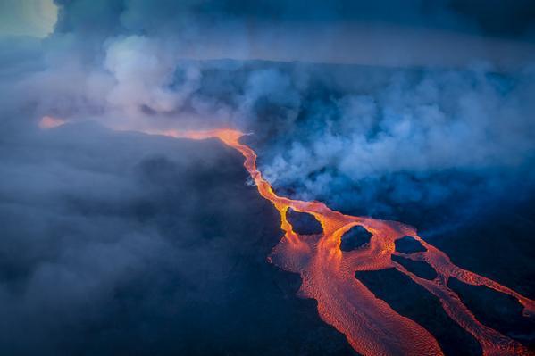 Brand new set of images of the #Holuhraun #eruption - http://t.co/Ys28sTV4Ct courtesy of @mblfrettir / Arni Sæberg http://t.co/eETDGcvw5z
