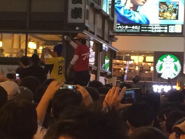 """どうやら祭りはじまたみたい(爆)風邪ひくなよぉ~ """"@KF_0225: 道頓堀飛び込み! http://t.co/IfC3Jb3A8z"""" #hanshin #tigers"""