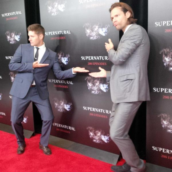.@jarpad and @JensenAckles goofing around on #SPN200 carpet http://t.co/HCBUlyn9cV
