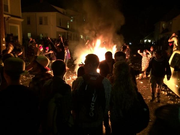Pumpkinfest at Keene State. Local & State police in riot gear ready to push students back. #fox25 http://t.co/JznGnFrL1A