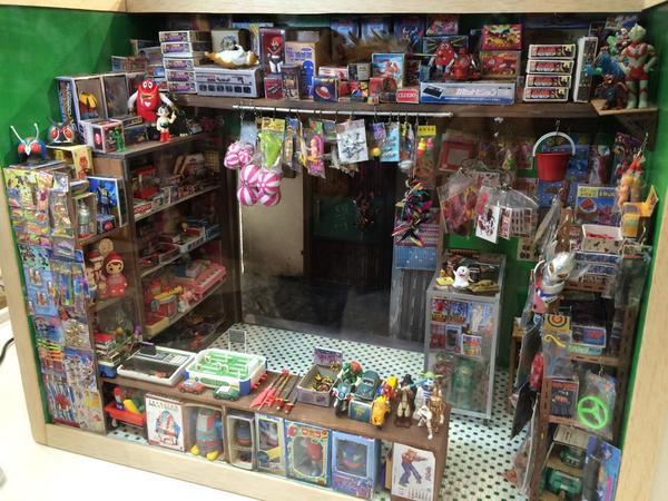 教えてもらって行ってみた、香港ミニチュア展。凄い作品がいっぱい!無料!写真取り放題!イチ押しは写真の、九龍城の昔のおもちゃ屋。 (@ サンシャインシティ噴水広場 in 豊島区, 東京都) https://t.co/9E5STgxXsA http://t.co/5la8JW8DAd