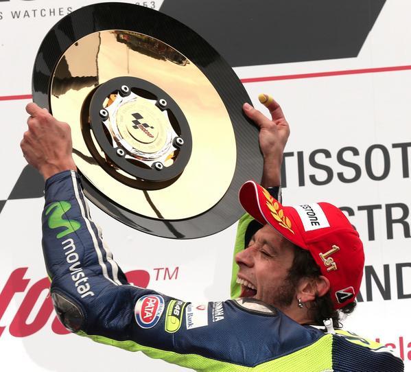 Valentino Rossi vince il Gp d'Australia 2014 di MotoGP a Phillip Island: Video duello mozzafiato con Lorenzo.