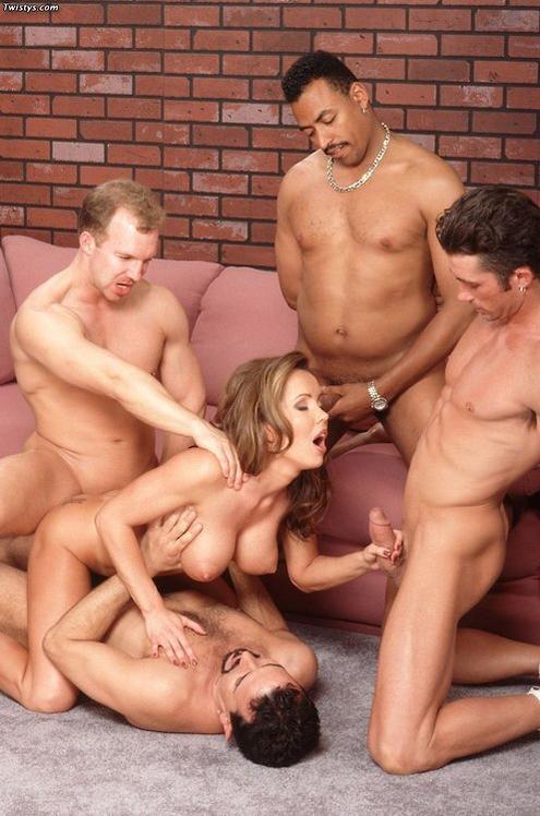 постоянно много мужиков ласкают телку одна, голышом узеньком