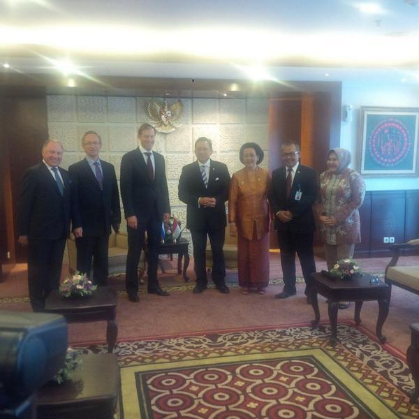 Foto bersama Ketua DPD RI Irman Gusman dgn Menteri Perindustrian & Perdagangan Federasi Rusia Manturov Valentinovich http://t.co/SEO5FD19Iq