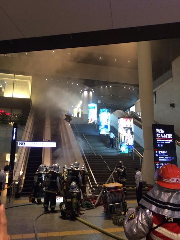 南海のなんばの駅火事なってるやんオタロードでおった時から消防車の音聞こえてたけどまさかここや思わんかったわ pic.twitter.com/dxeCnE0xor