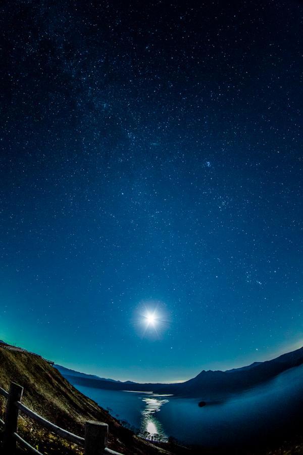 その後の雲の無い日の内に摩周湖まで行って星空を撮りました。天の川は丁度後頭部側になりますが・・・天然プラネタリウム最高でした。KAGAYA先生(@kagaya_work )に色々教えて頂いたりして非常に助かりましたありがとうございます