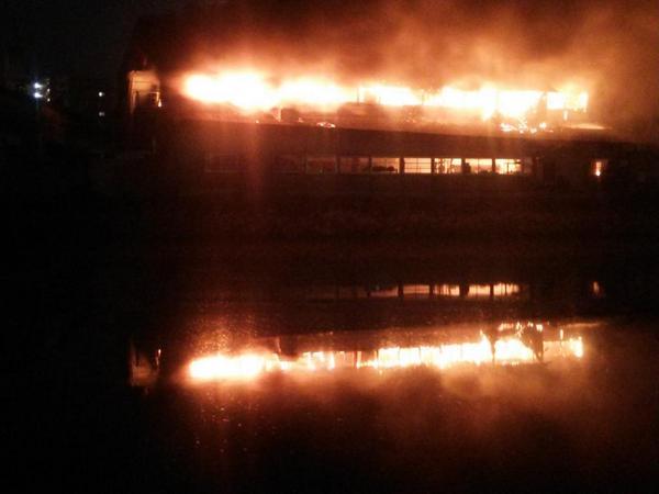 【工場火災】先ほど山陽本線天神川~向洋の沿線火災により山陽本線が運転見合せ。先程よりガラスの割れる音や大きな崩壊音、破裂音が鳴り響いています。 pic.twitter.com/jkCk6OJvEc