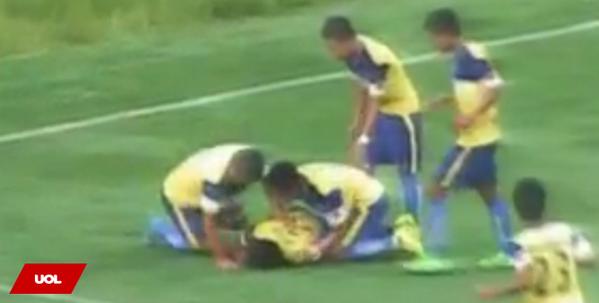 Jogador celebra gol com pirueta, cai e morre após partida na Índia http://t.co/ioyVm01hSA http://t.co/rHSMu4KNFc