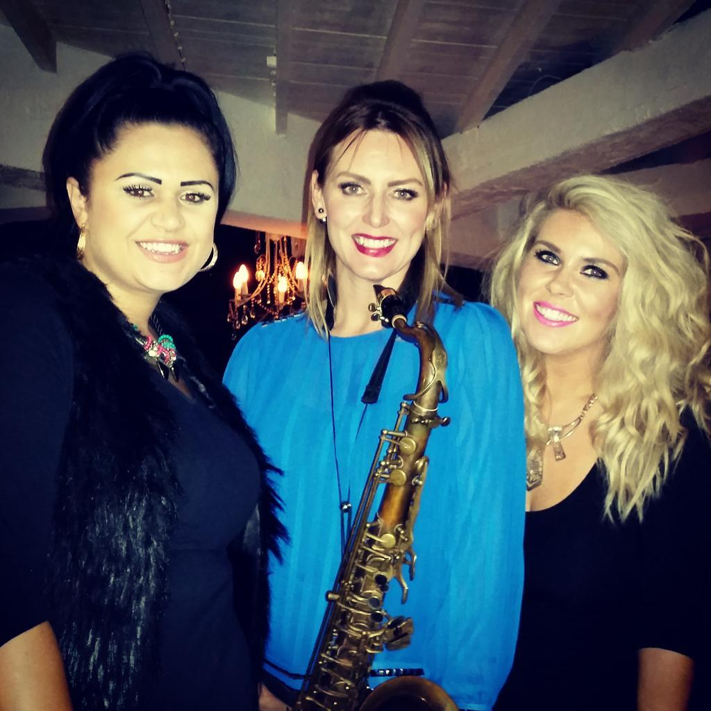 RT @SisterSax: Jammin @rarecow tonight with these two gorgeous Girls 🎶🎷💋 @2shoesOfficial xx #livemusic #essex http://t.co/zV8fZ6psw2