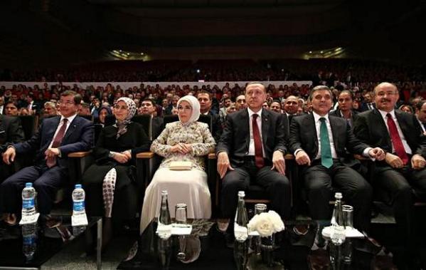 Böylesini ilk kez gördüm. Su Şişesi Hiyerarşisi. Cumhurbaşkanı ve first lady için cam şişe, Başbakan için pet şişe. http://t.co/7yj7B5iyRr