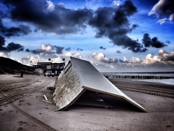 Veel schade door #storm op strand bij Domburg. Dit gebouw van de reddingsbrigade ligt 100 meter verder. http://t.co/oEtX5iYoXn