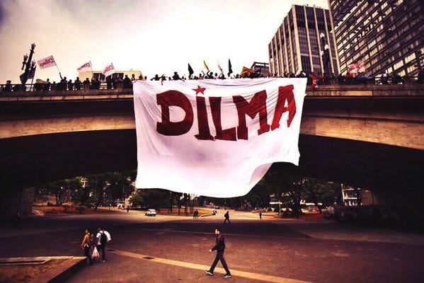 São Paulo continua na mobilização! Olha q lindo hoje no Viaduto do Chá! #13rasilTodoComDilma #QueroDilmaTreze http://t.co/7IJwMTgAeT