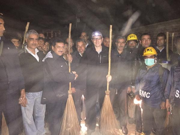 With the SMC team cleaning up flood hit Srinagar cc @beingsalmankhan http://t.co/rsqJv6CUhF
