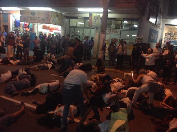 """""""@ninetologa: Dramatizaciones en #AccionGlobalAyotzinapa #UnaLuzPorAyotzinapa #Xalapa http://t.co/PmCpanZJ3A""""/ @epigmenioibarra"""