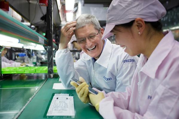 Tim Cook, en visita en la fabrica de Zhengzhou. Foto: Tim cook on Twitter.
