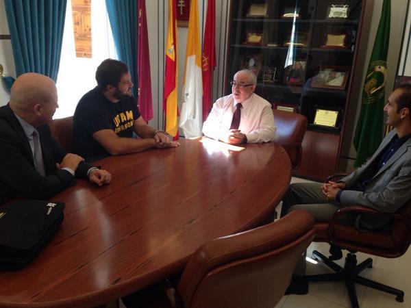 El subcampeón de Europa de lanzamiento de peso @borjavivas visita al presidente de la UCAM José Luis Mendoza. http://t.co/qXxfNhs6ZL