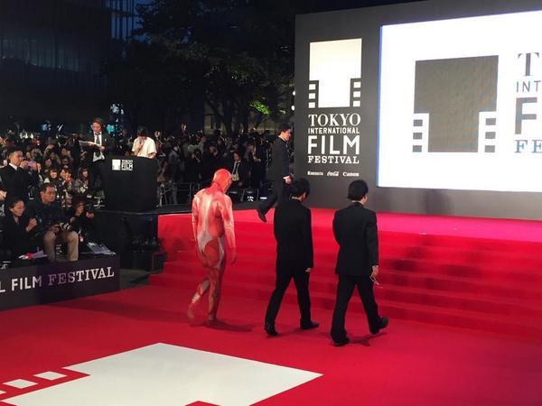 東京国際映画祭  レッドカーペット。劇場版『進撃の巨人』巨人くんの背中にシビれる! 詳細レポートは近日掲載。http://t.co/5CzPMax1wu http://t.co/7BSTjEZ5n8