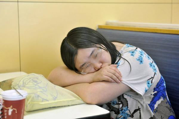 Brisée par un chagrin d'amour, cette Chinoise de 26 ans s'est réfugiée 7 jours dans un KFC ► http://t.co/ppPiaLTCHb http://t.co/bHwJH1Vd6j