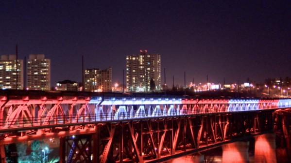 The High Level Bridge lit in red and white this evening to mark the attack in Ottawa yesterday. #yeg #CBC http://t.co/htgFUd1ATn
