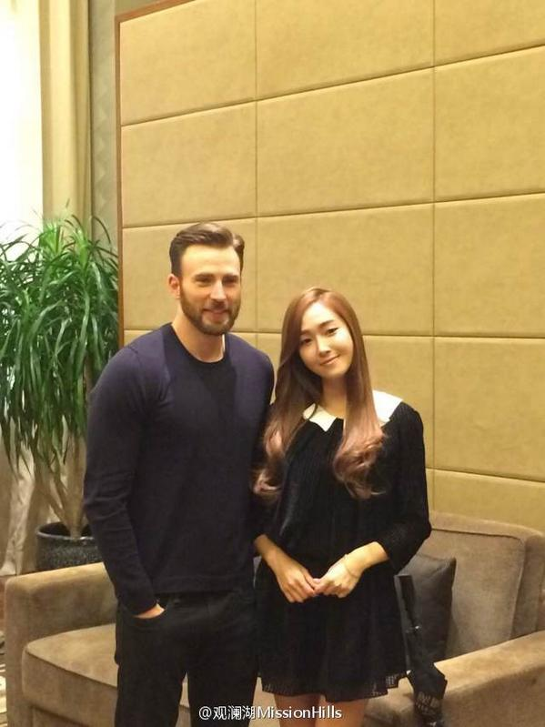 [Mission Hills' Weibo] Jessica with Chris Evans http://t.co/OUAYD9QsdK  http://t.co/pRlrWVz2C5 http://t.co/R6NQC22FFA