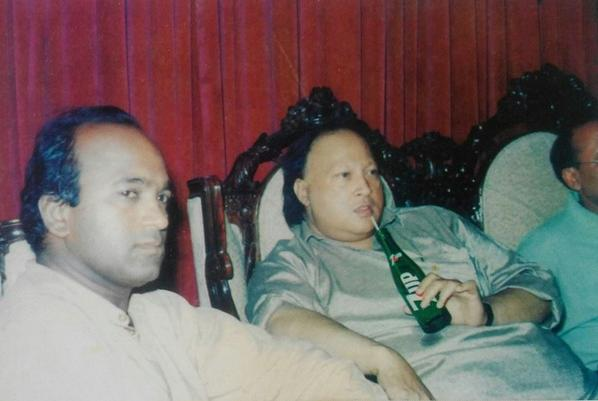 A laid-back Nusrat Fateh Ali Khan drinking a bottle of 7up. Bet you haven't seen this before. http://t.co/btIykp00Fv