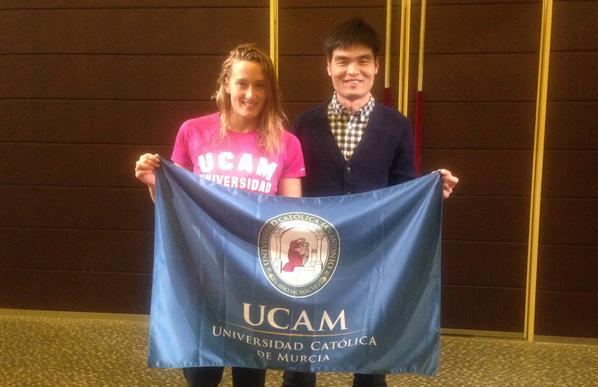 Mireia Belmonte @miss_belmont con Zhen Guanghao de @UCAM_Global en Pekín antes de la prueba de la Copa del Mundo. http://t.co/n6CR2PpfgQ