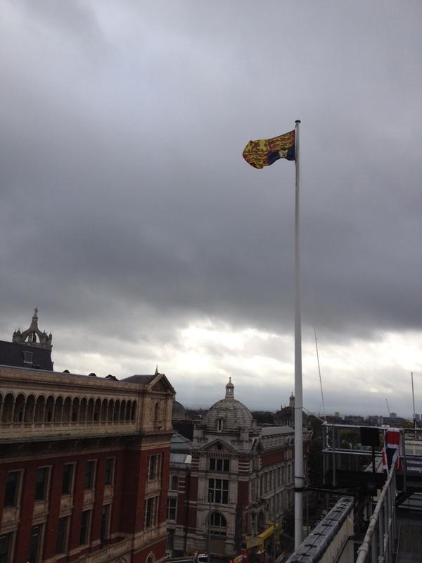 The Royal Standard flies over @sciencemuseum to welcome The Queen & The Duke of Edinburgh #smInfoAge http://t.co/22106XdOZB