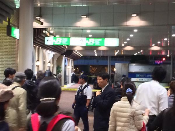 【悲報】上野駅で通り魔か… 会社員が刺される 犯人はすぐに捕まり連行❗