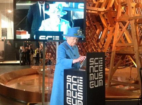 Amazing!!! Queen Elizabeth II sends her first Tweet http://t.co/FjZxNcoxhk http://t.co/oTTyAQgBwu