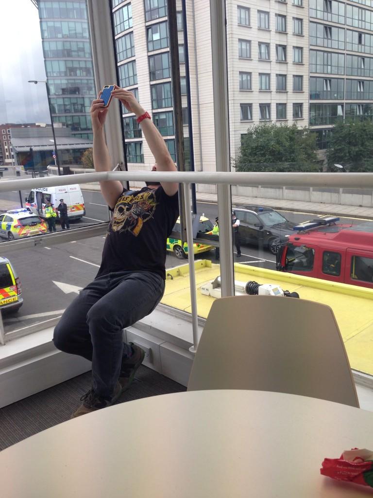 RT @AdamKentWood: Bomb scare? Time for a #selfie #Paddington #paddingtontrail #WesternerProblems http://t.co/MHaIvxU1Sn