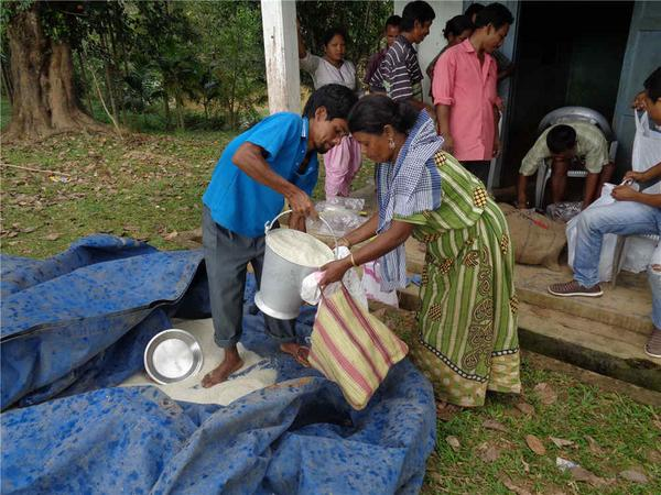 Just in. On-ground relief distribution photos from our partner Bakdil in Meghalaya #NEFloodRelief. 5/n http://t.co/66sVP9aEop
