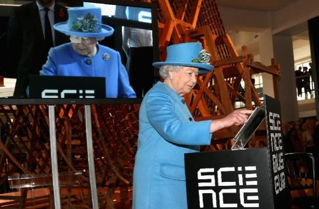 Queen sends first tweet, signed 'Elizabeth R' | http://t.co/2YhofdLRSA- Hot Hollywood Celeb... http://t.co/REnQoSE5fM http://t.co/IwgfZMN9DM